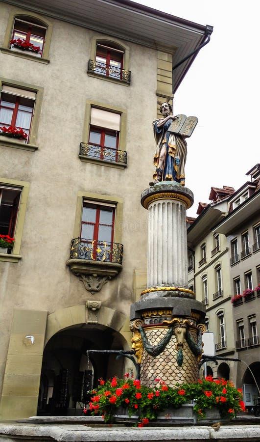 五颜六色的中世纪摩西雕象的美好的城市街道视图在精心制作的喷泉顶部的在伯尔尼,瑞士 免版税库存图片