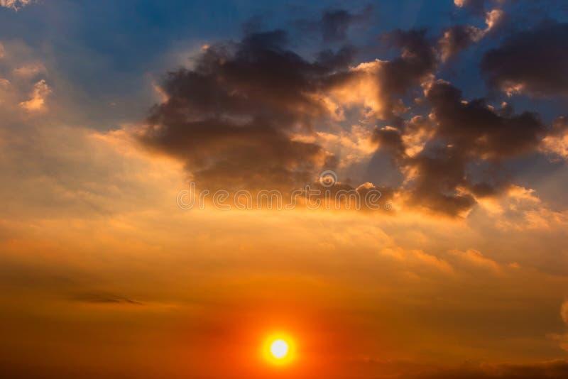 五颜六色的云彩、太阳和太阳光芒在天空在日落 库存照片