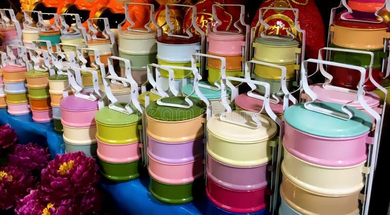 五颜六色的亚洲式堆积的食物载体 库存图片