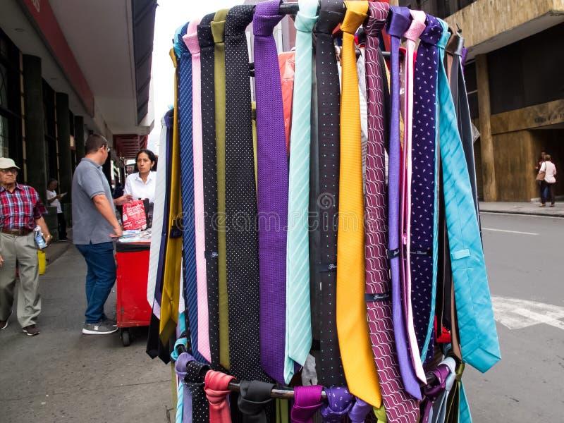 五颜六色的人领带街道出售在卡利市中心 库存图片
