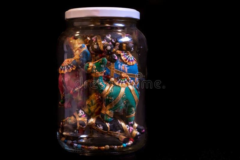 五颜六色的以色列,中东纪念品,工匠骆驼诗歌选,存放在家在展出品的一个瓶子 隔绝在a 免版税库存照片
