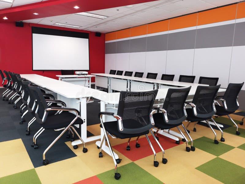 五颜六色的会议室内部在现代办公室,空的室 免版税库存照片