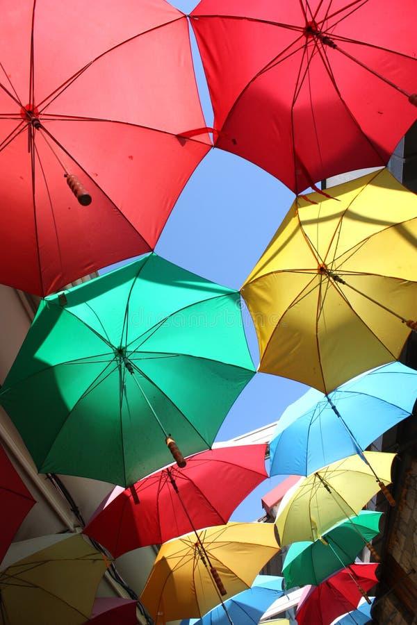 五颜六色的伞行  免版税库存图片