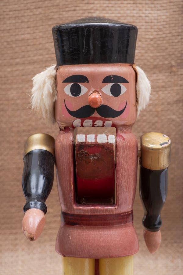 五颜六色的传统古色古香的葡萄酒小雕象木战士胡桃钳 免版税库存图片