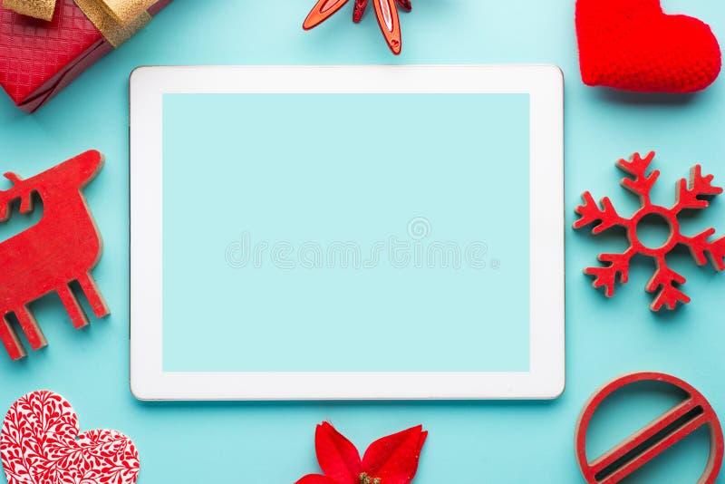 五颜六色的传统圣诞节霍莉用用在老被风化的委员会难看的东西木纹理的红色莓果有copyspace的 免版税库存图片