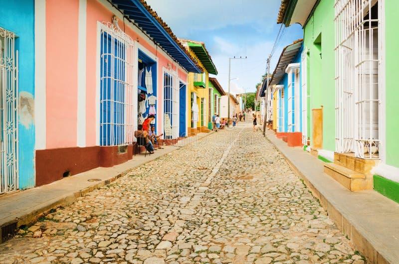 五颜六色的传统房子在特立尼达,古巴的殖民地镇 库存照片