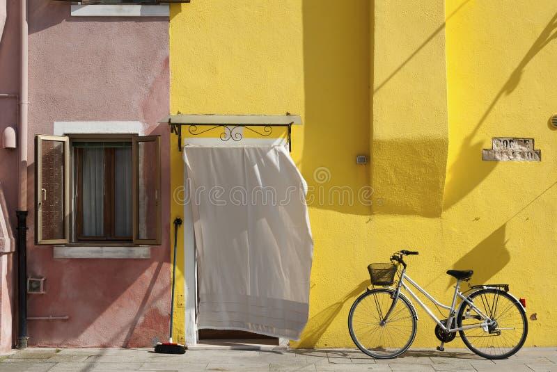 五颜六色的住宅房子和自行车 免版税图库摄影