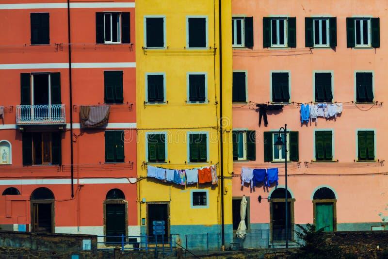 五颜六色的住宅 与五颜六色的意大利大厦的整个背景 库存照片