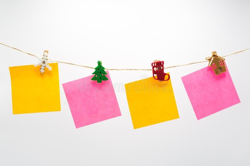 五颜六色的便条纸垂悬的绳索 免版税库存图片