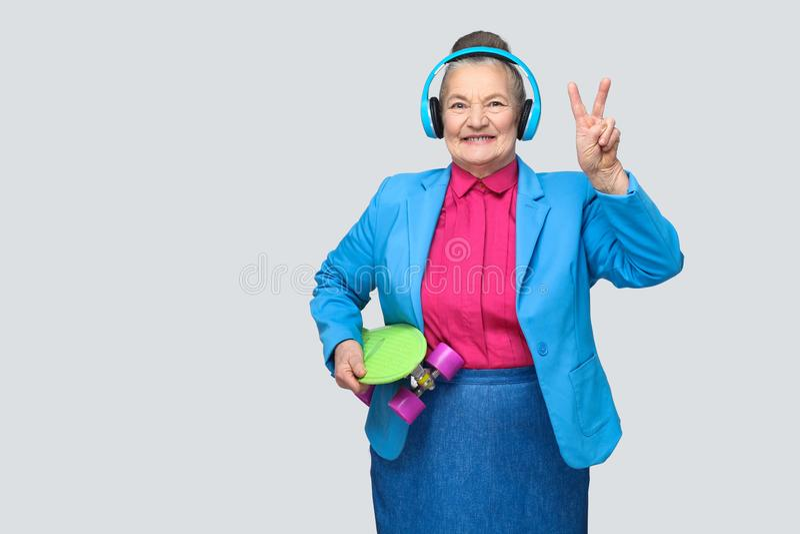 五颜六色的便装样式的时髦滑稽的祖母与蓝色头 免版税库存图片