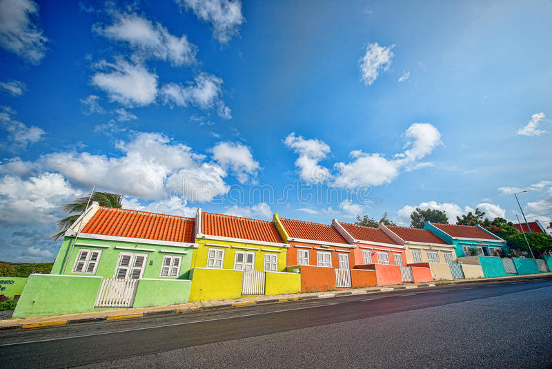 五颜六色的倾斜的议院,威廉斯塔德,库拉索岛 库存照片