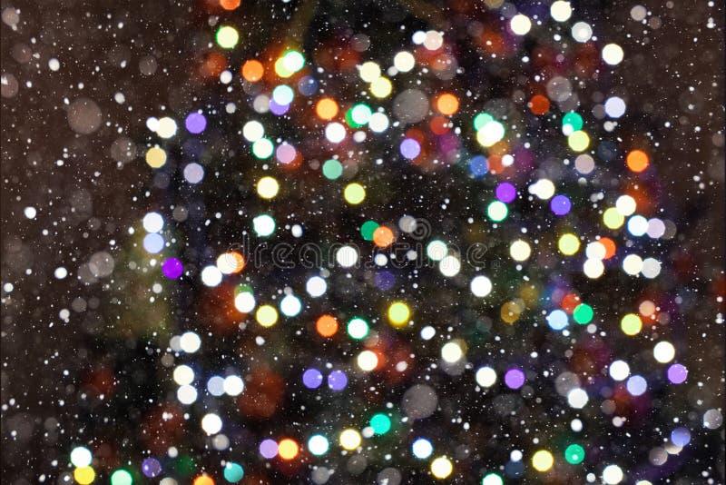 : 五颜六色的假日摘要闪烁与眨眼睛的星的Defocused背景降雪 r 免版税库存照片