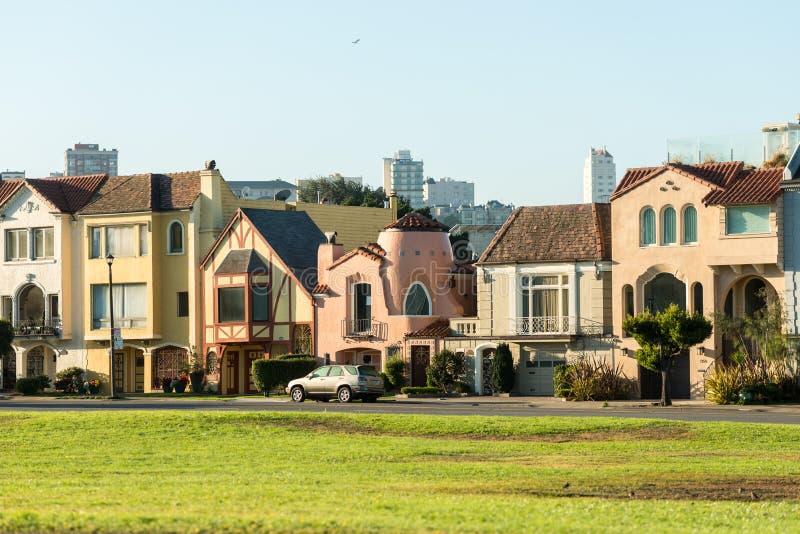 五颜六色的偶象房子在旧金山,加利福尼亚,美国 免版税图库摄影