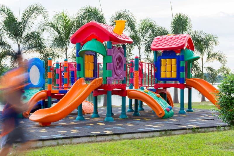 五颜六色的儿童操场在有人赛跑移动的公园 库存图片