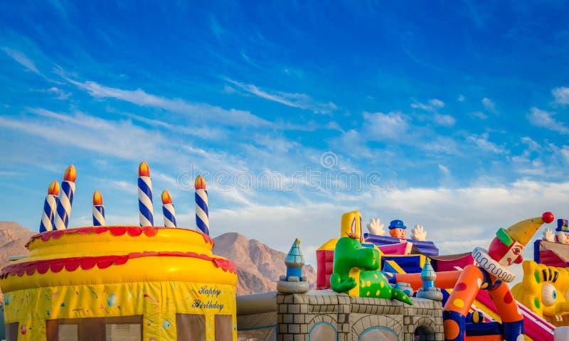 五颜六色的儿童` s玩耍区域在蓝天下 免版税图库摄影