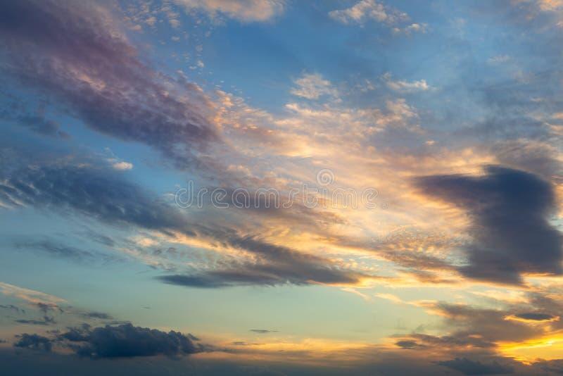 五颜六色的充满活力的剧烈的天空用对蓝色云彩颜色的桔子 风险轻率冒险日落时间 背景美好的做的本质向量 库存照片