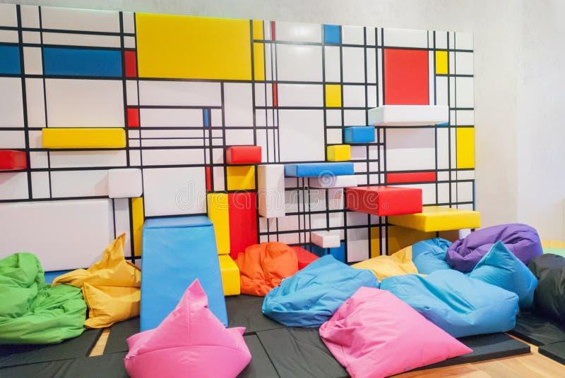 五颜六色的内部被绘儿童公开的游戏室与枕头和 库存图片