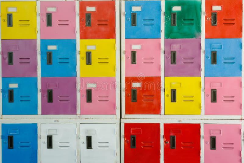五颜六色的内阁衣物柜背景 免版税库存图片