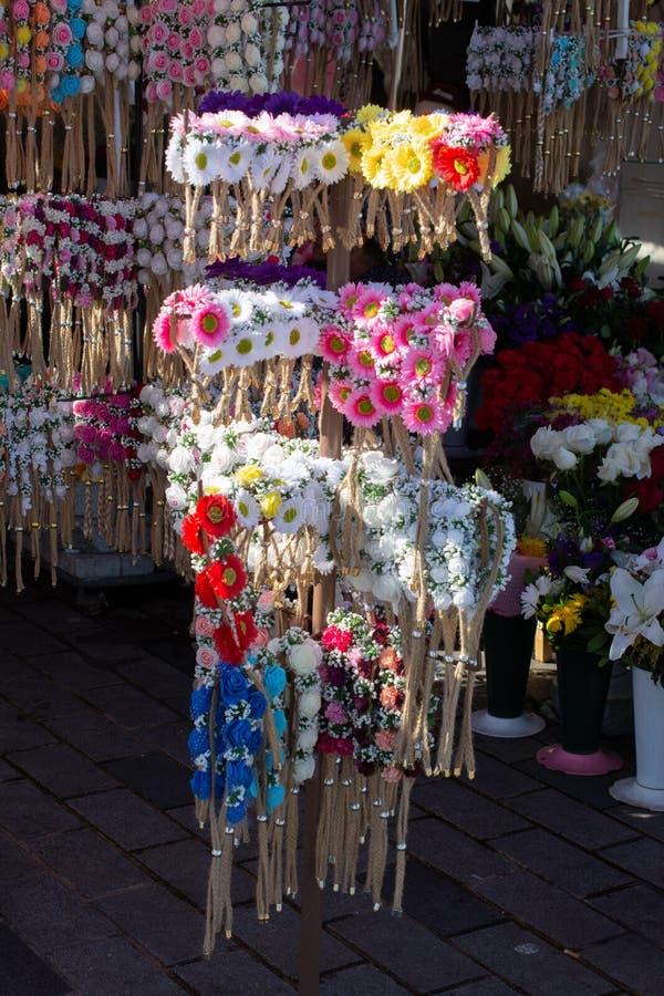 五颜六色的冠待售由假花制成 免版税图库摄影