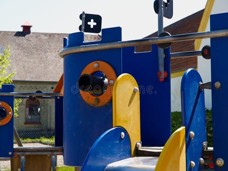 五颜六色的创造性的操场在城市公园公园 库存照片