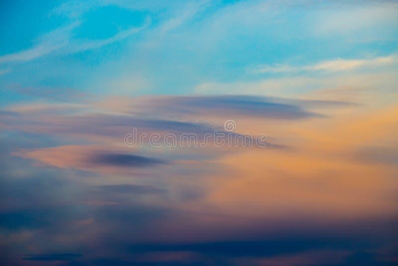 五颜六色的剧烈的多云天空 免版税库存照片