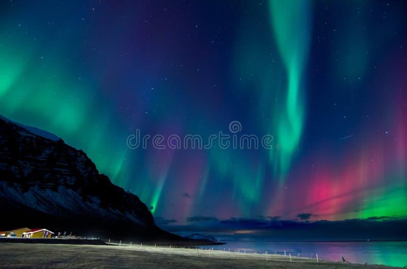 五颜六色的北极光爆炸在冰岛 免版税库存图片