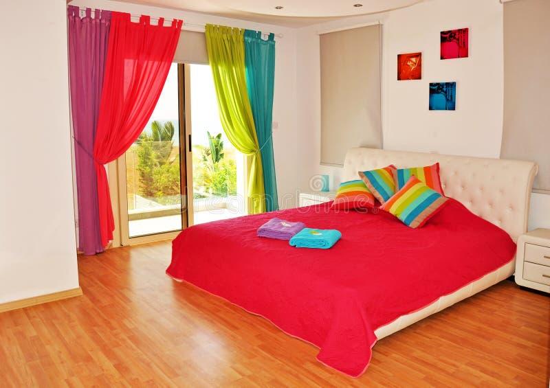 五颜六色的卧室有海视图 免版税库存图片