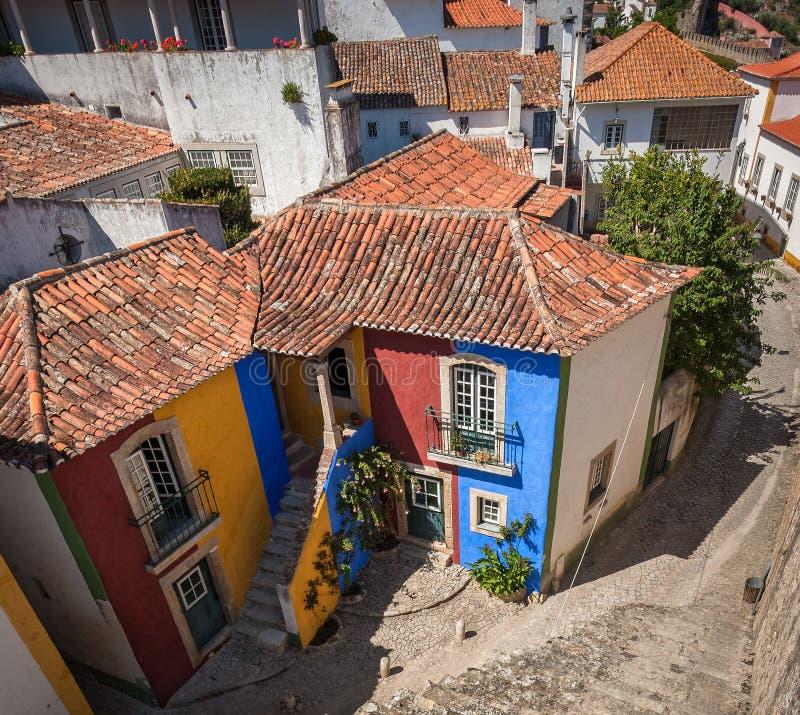 五颜六色的历史的议院在Obidos,葡萄牙 库存图片