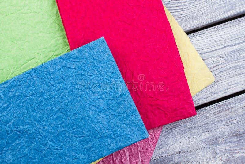 五颜六色的压皱纸购物带来的关闭 库存照片