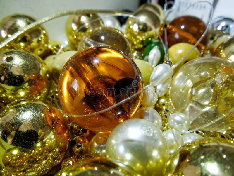 五颜六色的发光的金黄小珠和珍珠 免版税库存照片