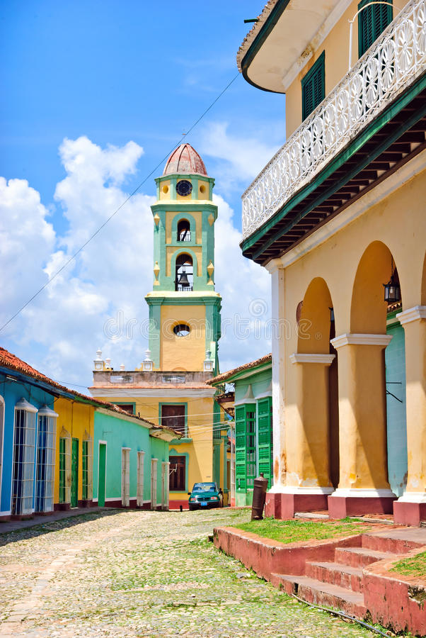 五颜六色的古巴街道特立尼达 免版税图库摄影