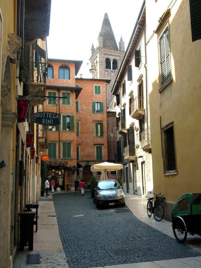五颜六色的古老街道在维罗纳,意大利 免版税库存照片
