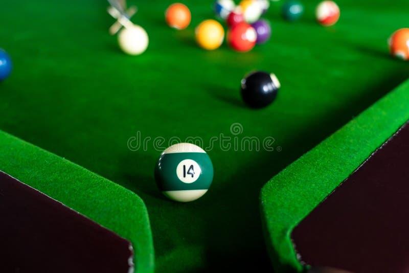 五颜六色的台球和落袋撞球球水池比赛在蓝色桌、放松体育和幸福概念上 图库摄影