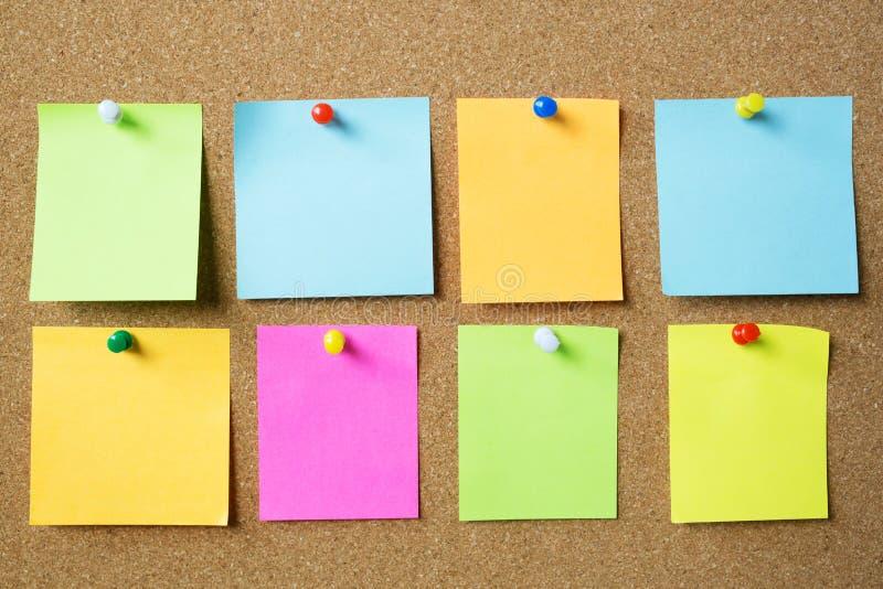 五颜六色的品种柱子的汇集 纸在黄柏公告栏笔记提示的笔记提示稠粘的笔记别针 r 免版税库存图片