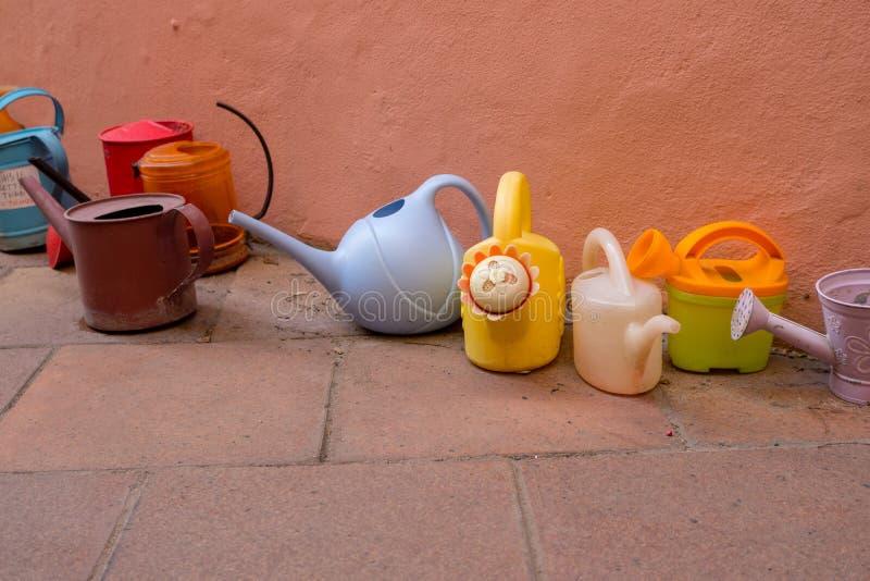 五颜六色的喷壶和桶植物的花的 库存照片