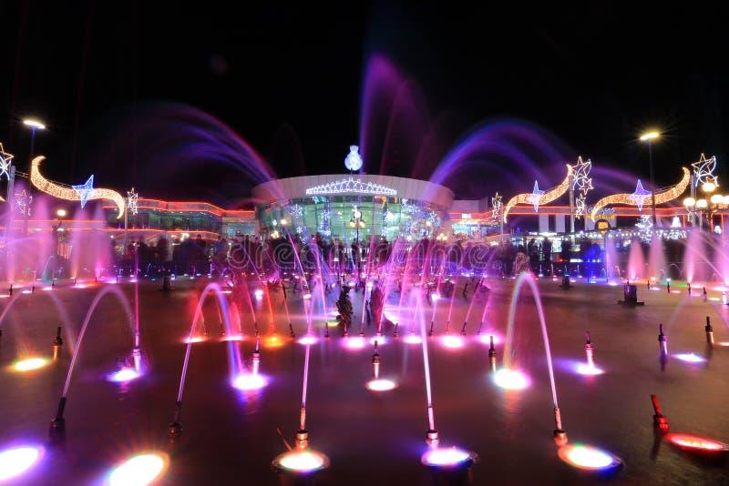 五颜六色的喷泉晚上 免版税库存图片
