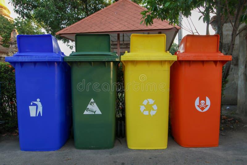 五颜六色的回收站四,蓝色,绿色,黄色,红色 免版税图库摄影
