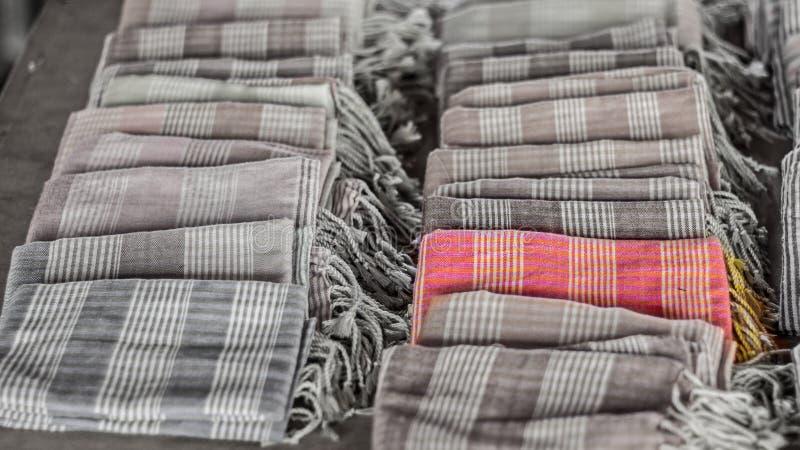 五颜六色的围巾和织品纪念品丝绸编织的工艺 与技术有选择性的颜色的黑白颜色背景 免版税图库摄影