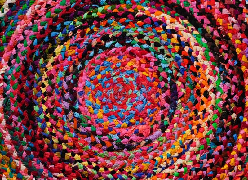 五颜六色的圆的非洲人秘鲁样式地毯或被编织的地毯表面关闭  种族和部族动机 明亮的口音 免版税图库摄影