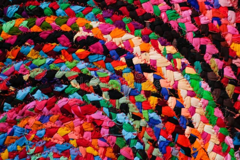 五颜六色的圆的非洲人秘鲁样式地毯或被编织的地毯表面关闭  种族和部族动机 明亮的口音 免版税库存照片