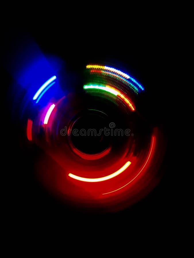 五颜六色的圈子光波在黑暗的背景中 免版税库存图片