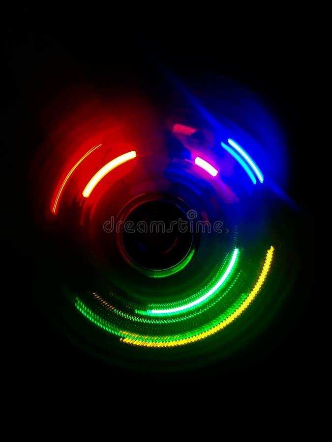 五颜六色的圈子光波在黑暗的背景中 免版税库存照片