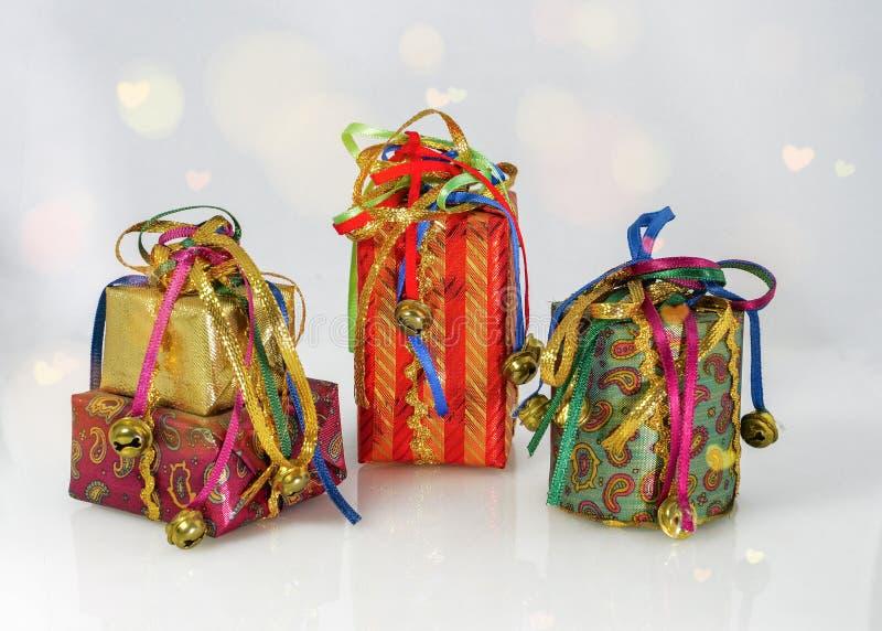 五颜六色的圣诞礼物树装饰 库存照片