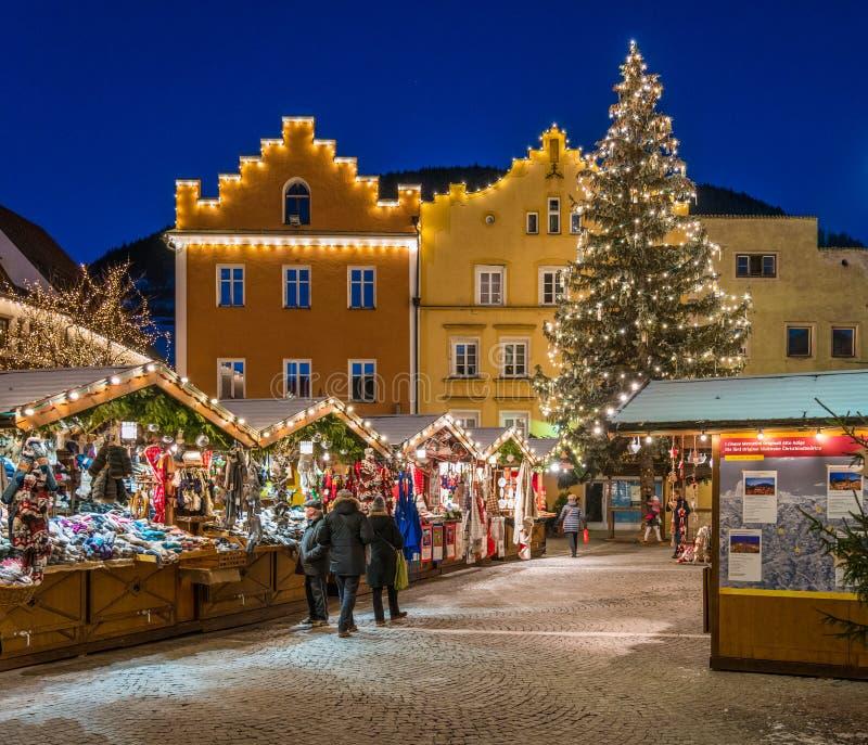 五颜六色的圣诞节市场在维皮泰诺在晚上 特伦托自治省女低音阿迪杰,意大利 免版税库存图片