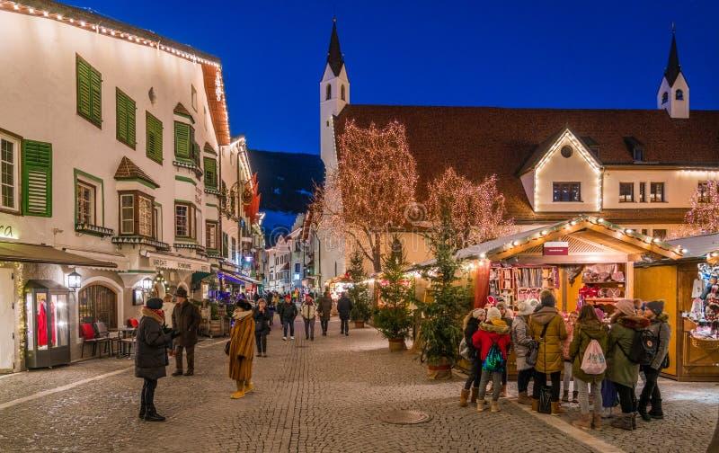 五颜六色的圣诞节市场在维皮泰诺在晚上 特伦托自治省女低音阿迪杰,意大利 库存照片