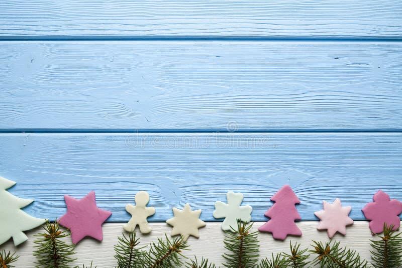 五颜六色的圣诞节蛋糕和云杉的树 免版税库存照片