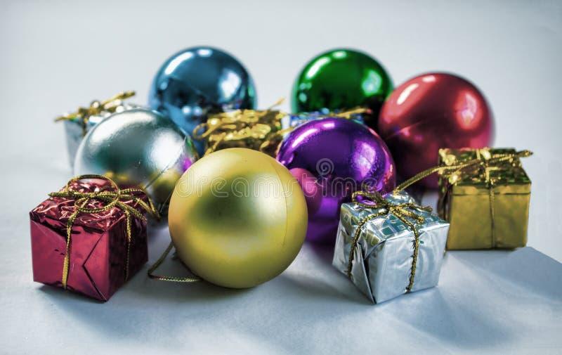 五颜六色的圣诞节装饰品定了调子照片 多彩多姿的圣诞树玩具 库存图片
