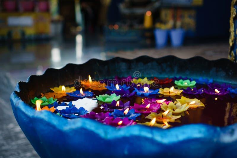 五颜六色的在漂浮的花形状的蜡烛 免版税库存图片
