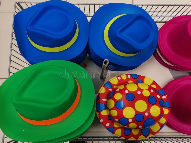 五颜六色的在篮子的帽子不同的设计 免版税库存照片