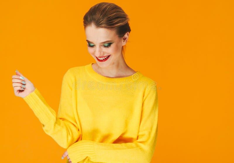 五颜六色的在黄色衣裳的构成妇女红色嘴唇在颜色愉快的夏天时尚背景修剪钉子 免版税库存照片